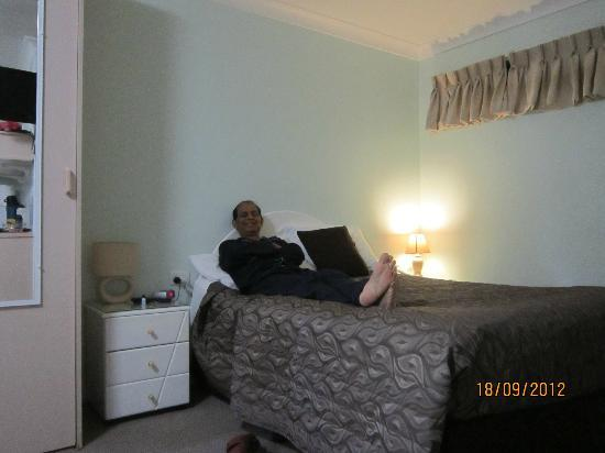 Byron Bay Side Central Motel: Relaxing in this hotel room after a day`s outing