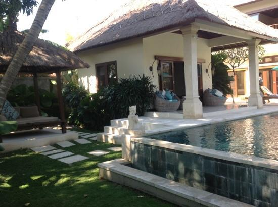 Villa Bugis: pool bungalow and relaxing day bed with fan