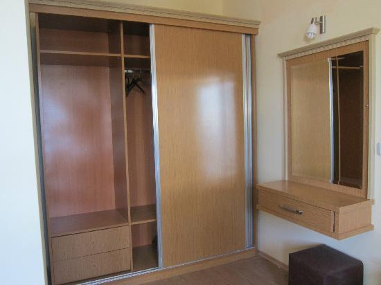 V-GO Hotel: spacious closet and vanity area