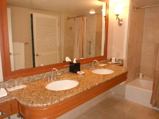 Hyatt Regency Pier Sixty-Six: the bathroom