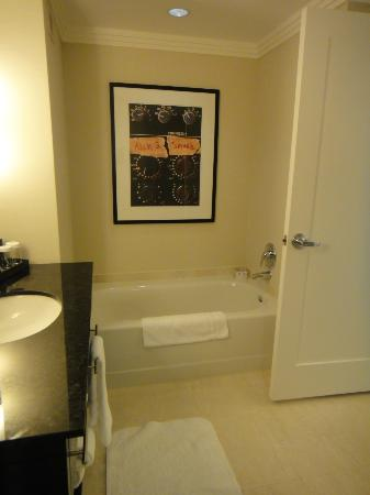 Loews Atlanta Hotel: Separate bathtub