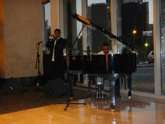 Loews Atlanta Hotel: Music in the lobby