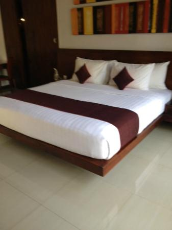The Wolas Villas & Spa: Huge bed