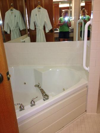 Heathman Lodge : Large tub, great soaps and lotions!