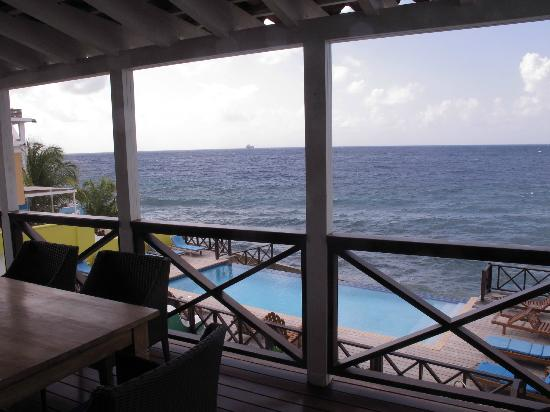 Scuba Lodge & Suites: looking out to the ocean from the deck