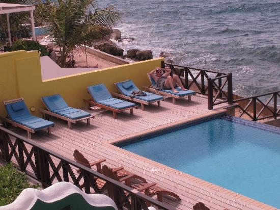 Scuba Lodge & Suites: looking down to the infinity pool from deck