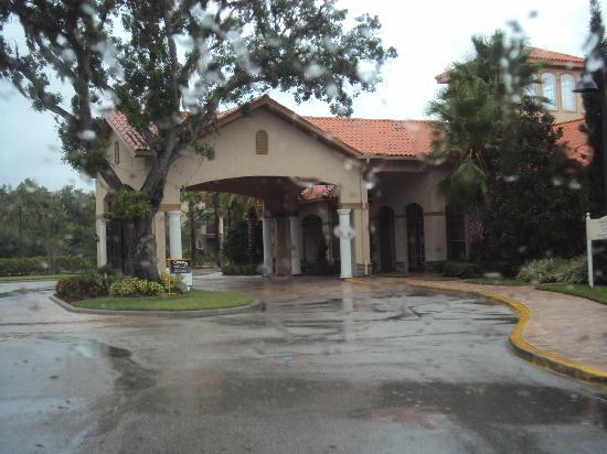 Tuscana Resort Orlando by Aston: entrada del resort en un dia lluvioso