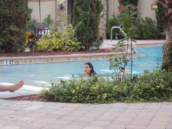 Tuscana Resort: una de mis nenas en la piscina disfrutando y siendo feliz