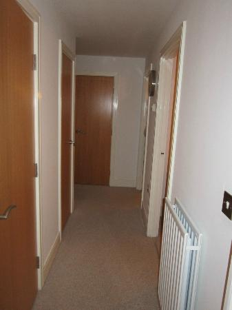 Clarendon Serviced Apartments - Canary Central : Hall to bedrooms