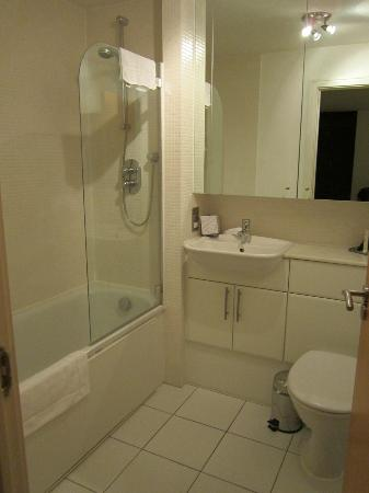 Clarendon Serviced Apartments - Canary Central: Ensuite Bathroom
