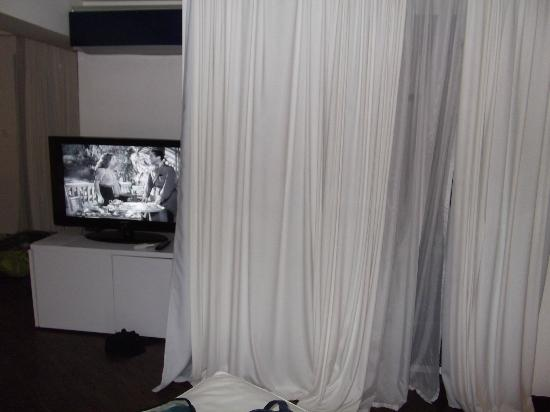 BAB HOTEL : TV & mini bar en dessous