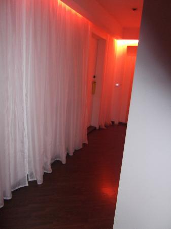 Bab Hotel: Hall de la chambre