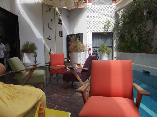 Le bar/restaurant de la piscine et l'entrée vers la reception