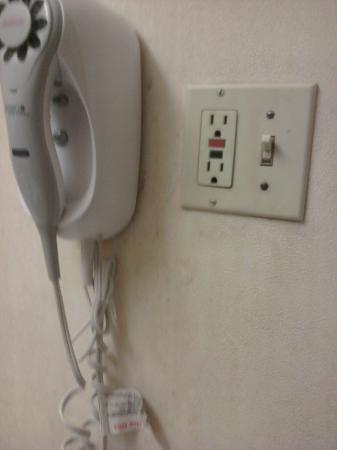 Travelodge Toronto East : filthy walls and electrical outlets
