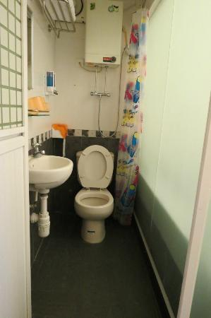 Golden Crown Guesthouse: Close the toilet bowl when bathing