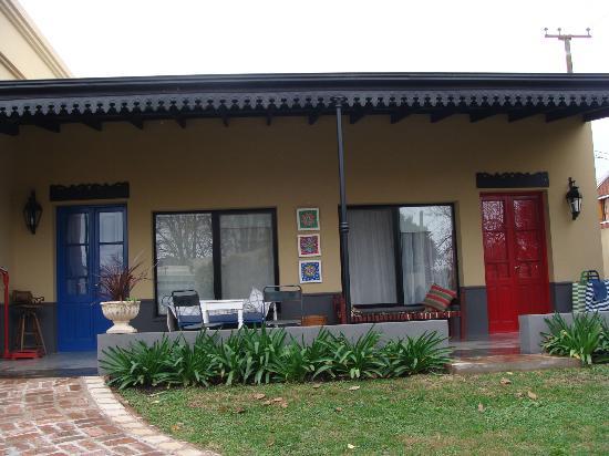 Hosteria Lo de Titi: dos cuartos y la galería
