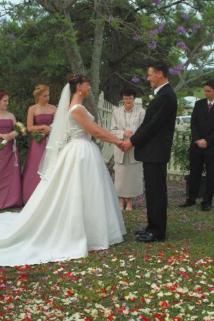 Wiss House Bed and Breakfast: Wedding in  our mature garden
