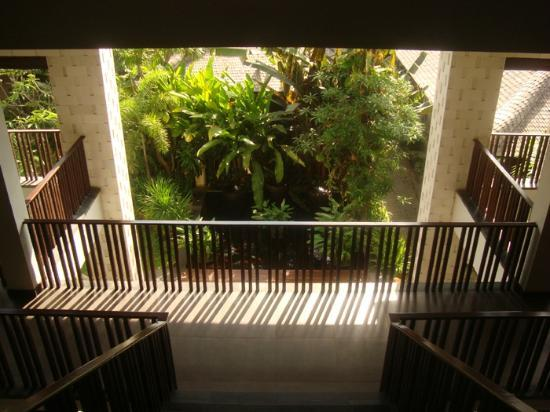 Kuta Seaview Boutique Resort & Spa: The Fish pond at the bottom of the stairs