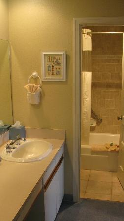 Inn At Spanish Head: Bathroom accessable from two rooms...spacious/clean