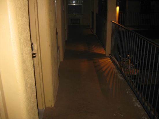 Ramada by Wyndham Flagstaff East: Dirty Walkway