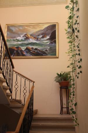 San Antonio Guesthouse: Staircase up to terrace and first floor rooms