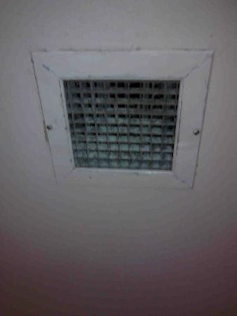 Rydges Rotorua: Dirty vent never cleaned within shower Room 413