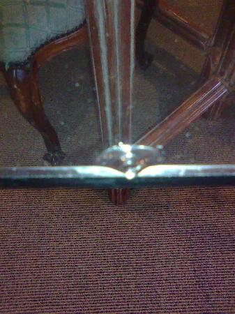 Rydges Rotorua: Chipped glass dining table in room Room 413