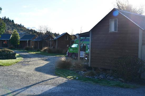 Queenstown TOP 10 Holiday Park: Our JUCY Condo parked outside our cabin