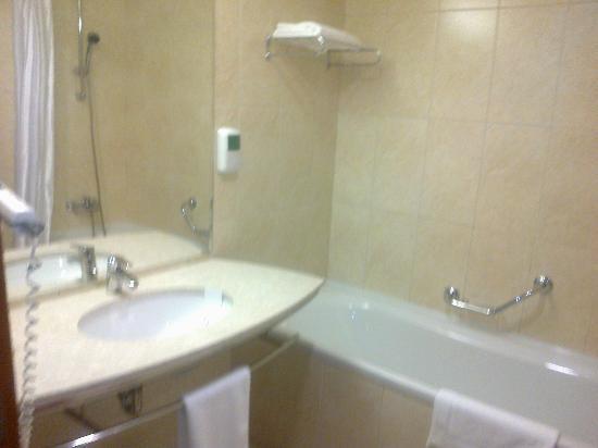 City Plaza Hotel: Bathroom