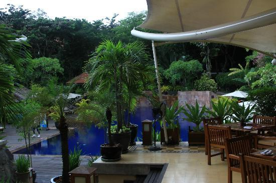 Victoria Angkor Resort & Spa: Pool side dining area