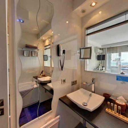 Hôtel Azur: salle de bain chambre deluxe