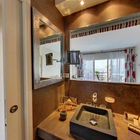 Hôtel Azur: salle de bain suite 203