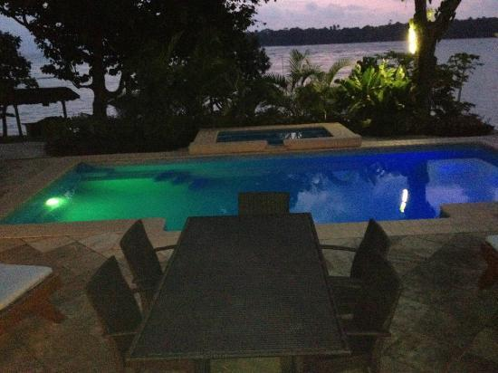 Pandanus Bay Waterfront Apartments: Pool at night