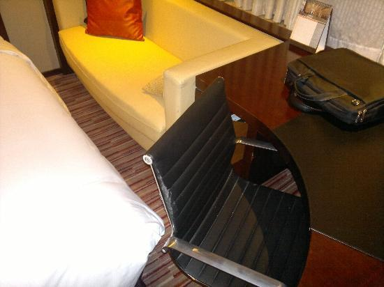 Renaissance Shanghai Zhongshan Park Hotel: the chair