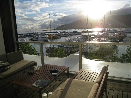 Shangri-La Hotel, The Marina, Cairns: Terrace in the sunset.