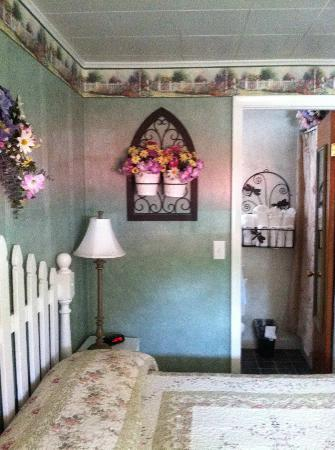 Lamplighter Motel: second bedroom, through to bathroom