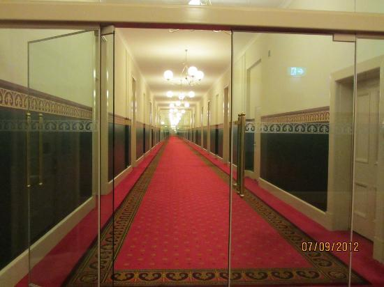 Quest Grand Hotel Melbourne: Long hallway at Grand Hotel