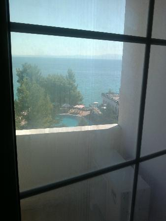 Alexander The Great Beach Hotel: dirty foggy window door 5th floor