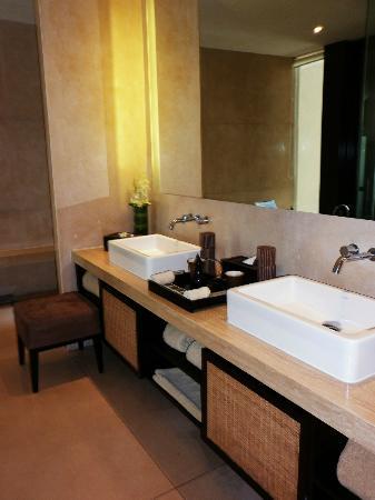 Anantara Seminyak Bali Resort: Sinks @ Bathroom