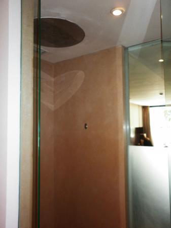 Anantara Seminyak Bali Resort: Shower Area