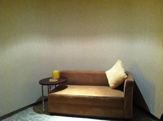 Victoria Regal Hotel Zhejiang: The couch...