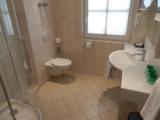 Landgasthof Kohlpeter: spacious bathroom
