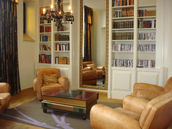 Clarion Collection Hotel Havnekontoret: the library is a relaxing area for a quiet drink and read