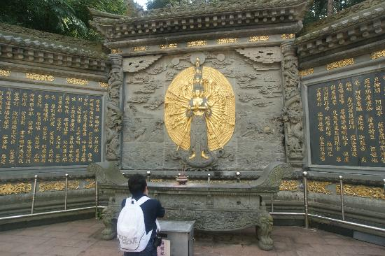 Zhushan County, China: You will see this Guanyin on the way to the pagoda