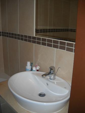 Medosz Hotel: Sauberes und modernes Badezimmer
