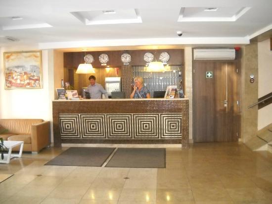 Medosz Hotel: Die Rezeption und die freundliche und zuvorkommende Personal