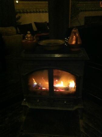 Kunluntang Hotel: @ lounge with fire stove