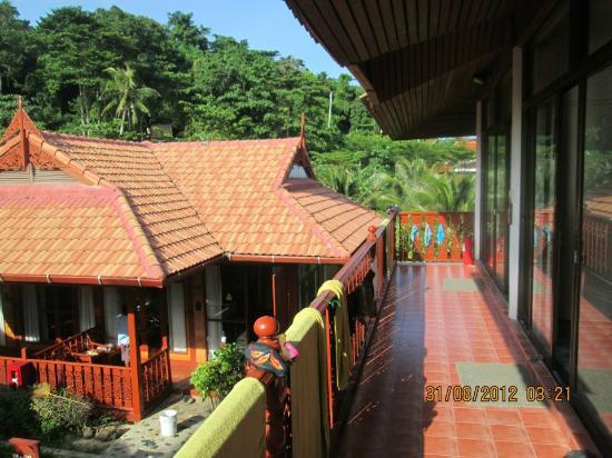 P.P. Erawan Palms Resort: Verso l'interno... 100 m per vedere il tramonto !!