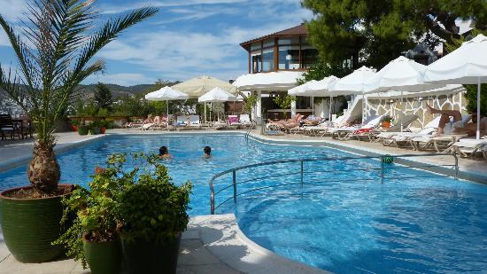 Hotel Manastir: genügend Liegen (Sonne+Schatten)