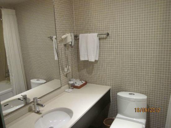 Doulos Hotel: reasonable sized bathroom with bathtub